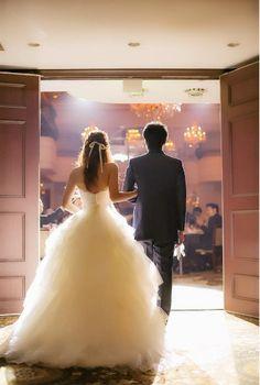 本格的なチャペルで式を挙げられたご新婦さま。挙式の時はナチュラルな印象でしたが、披露宴のお色直しではドレスや小物、ヘアメイクで大人っぽく変身されました。結婚式の当日の様子を写真でご紹介します。