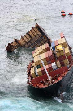 http://www.shipwrecklog.com/log/wp-content/uploads/2012/01/rena-breakup19.jpg#