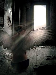 Kuş ürküştür, titreyiştir,korkuştur... Öyle ya; kimi sözlerimiz uykularda bulunur  Çoşkudur kuş, sevdadır, bekleyiştir... Öyle ya: mektuplarında yârin duruluklarla çırpınışlar buluşur  Kuş nazdır, cilvedir, oynayıştır... Tutabilsem bir bebeği kollarımda, sevebilsem haşarı bir kuzuyu açılır yüreğim kuyusundan boğulmaktan kurtulur  Hızdır kuş, atikliktir, fırlayıştır... Öyle ya: İnsan sabahları dinlenmeyi unutur  Nihat Behram