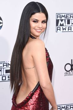 Each Selena Gomez tattoo has a whole story to tell. But above that, her tats prove to be a great source of inspiration for her fans, just like her music. Selena Selena, Fotos Selena Gomez, Selena Gomez Tattoo, Protective Hairstyles, Celebrity Hairstyles, Trendy Hairstyles, Female Hairstyles, Curly Haircuts, Celebrity Hair Extensions