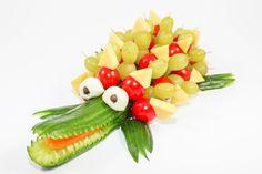 Gurken-Krokodil mit Trauben