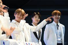 V, Jimin and J-Hope ❤ Meet and great at #BTS #방탄소년단 #KCONPARIS