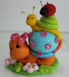 Snails cake for kids Oh, well crap. This is ridiculously cute. hitching a ride it,s a zin to eat it How to make this cute turtle and the snails. Polymer Clay Figures, Cute Polymer Clay, Polymer Clay Animals, Cute Clay, Fondant Figures, Fimo Clay, Polymer Clay Projects, Polymer Clay Creations, Fondant Animals