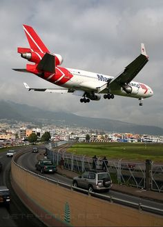 Martinair Cargo McDonnell Douglas MD-11CF PH-MCR passing over the Avenida Luis Tufiño while on short final approach for RWY17 at the old Quito-Mariscal Sucre International, December 2006. (Photo: Stefano Rota) #pilotarquitectura