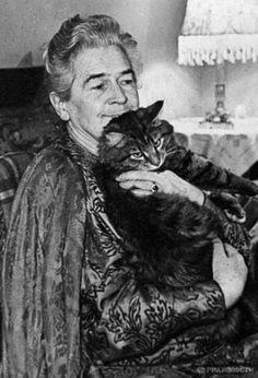 Народная артистка СССР   Ольга Леонардовна Книппер-Чехова и ее кошка.