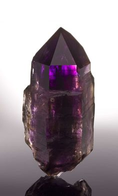 Quartz w. Amethyst phantom from Namibia Cool Rocks, Beautiful Rocks, Minerals And Gemstones, Rocks And Minerals, Mineral Stone, Rocks And Gems, Healing Stones, Stones And Crystals, Gem Stones