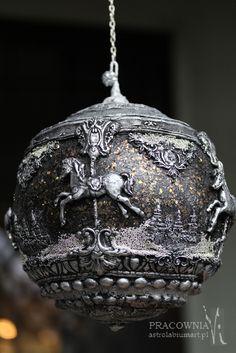 Astrolabiumart » I ZNOWU KARUZELA Z KONIKAMI…