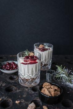 [quick'n dirty tricky christmas menu]: cheesecakecréme mit tonkabohne im glas, spekulatiusboden und gewürzkirschen