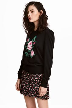 Check this out! Short skirt in woven cotton fabric with a printed pattern. Concealed zip at one side and scalloped trim at hem. Unlined. - Visit hm.com to see more.