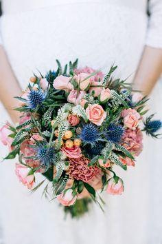 #bouquet #brautstrauß #blau Brautstrauss in blau mit Disteln und Rosen - Sommerliche Hochzeit zu Dritt in Blau und Peach | Hochzeitsblog - The Little Wedding Corner