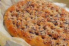 Η γεύση του σουσαμιού, που τονίζεται από το ταχίνι που πολλοί –ανάμεσά τους κι εγώ- προσθέτουν στο ζυμάρι, χαρακτηρίζει αυτόν τον επίπεδο σαν πίτα άρτο που κόβεται με το χέρι και δεν χορταίνεται, ιδιαίτερα αν είναι ζεστός. Η λαγάνα πρέπει να είναι επίπεδη. Άζυμο ψωμί, λειψανάβατο.
