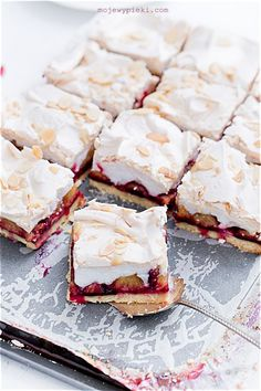 Short pastry with plums and meringue Short Pastry, Chewy Chocolate Cookies, Meringue Cake, Shortcrust Pastry, Pavlova, Dessert Recipes, Desserts, Bakery, Food And Drink
