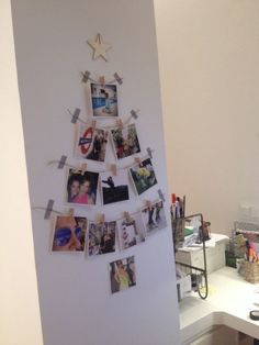 If we do Christmas cards this could be a cool disolay Christmas Card Display, Wall Christmas Tree, Indoor Christmas Decorations, Xmas Tree, Christmas Time, Christmas Crafts, Outdoor Decorations, Alternative Christmas Tree, Advent