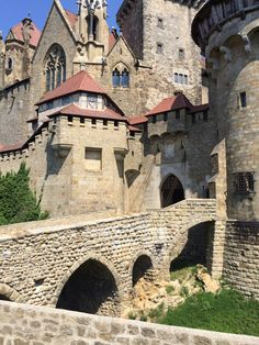 Picturesque Kreuzenstein Castle is situated on a hill about four kilometers north of the place where the Danube meets the Vienna Woods. It is a prominent landmark that captivates from afar. At 262 metres above sea level, this was an ideal location for a fortification.