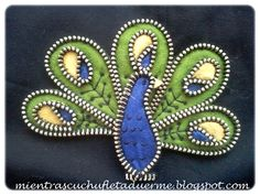BROCHE DE UN PAVO REAL DE CREMALLERA Y FIELTRO. FELT AND ZIP BROOCH.