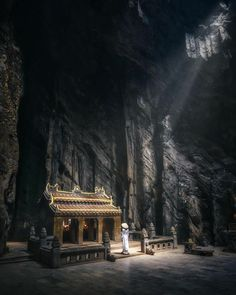 An otherworldly corner of the Hell Cave of the Marble Mountains. Locates in a suburban area just outside of Đà Nẵng City, the Marble Mountains is actually a cluster of five hills of encompassing a great number of limestone caves and grottos. This place is both a spiritual sanctuary and a historical site of the Vietnam War. Only part of the attraction is open to the public. (Photo by vnexpress) Amazing Pics, Vietnam Travel, Continents, Big Ben, Asia, Earth, Explore, Architecture, Building