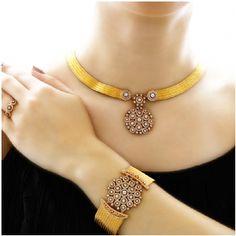 22 karat gold, and diamond. Gold Necklace Simple, Gold Jewelry Simple, Bijoux Design, Schmuck Design, Fancy Jewellery, Gold Jewellery Design, Indian Jewelry Sets, Necklace Designs, Chur