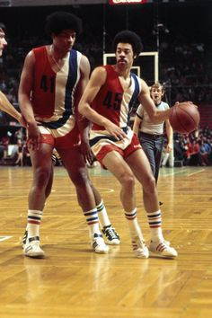Basketball Legends, Basketball Players, Basketball Court, Mlb Players, Basketball Pictures, Sport Icon, Team Uniforms, Home Team, Ballon