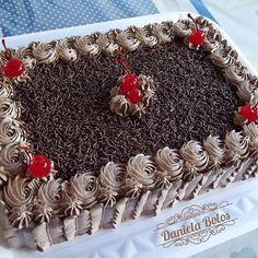 Daniela Bolos  (@danielabolos) | Instagram photos and videos Chocolate Cake Designs, Chocolate Icing, Chocolate Decorations, Decorator Frosting, Cake Decorating Frosting, Cake Decorating Techniques, Cake Decorating Tips, Rectangle Cake, Birthday Sheet Cakes