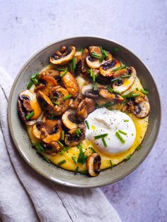 Polenta crémeuse aux champignons et burrata - Clemfoodie Quinoa Lunch Recipes, Veggie Recipes, Vegetarian Recipes, Dinner Recipes, Cooking Recipes, Healthy Recipes, Polenta Recipes, Veggie Food, Mozzarella