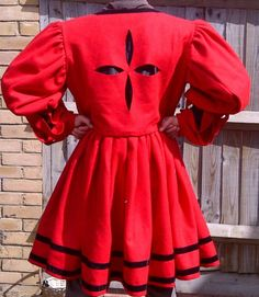 Not the slashed pattern, sleeves are too puffy. Renaissance Mode, Renaissance Fashion, Renaissance Clothing, Historical Costume, Historical Clothing, Mens Garb, Damsel In This Dress, German Outfit, Viking Clothing