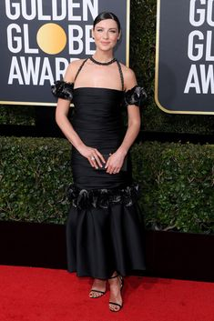 See What the Stars Wore to the Golden Globes 2018 Red Carpet - Chanel Gown - Trending Chanel Gown - Caitriona Balfe Wearing an elaborate off-the-shoulder ankle-length Chanel gown with a mermaid hemline. Popular Dresses, Nice Dresses, Formal Dresses, Golden Globe Award, Golden Globes, Retro Fashion, Fashion Show, Simple Black Dress, Dress Black