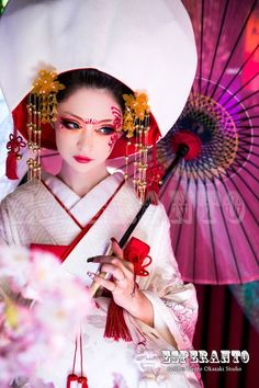 狐の嫁入り Japanese Geisha, Japanese Beauty, Japanese Kimono, Japanese Art, Asian Beauty, Oriental Dress, Oriental Fashion, Color Photography, Fashion Photography