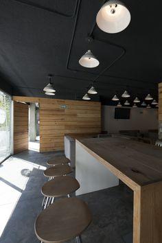 La idea fue proporcionar a los empleados un espacio alterno para reunirse de manera informal ya fuera entre ellos o con clientes y trabajar mientras estuvieran haciendo algo agradable como tener un almuerzo ligero, tomar un café o escuchar música.