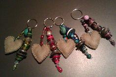 sleutel- of tassenhangers van oude knopen, kralen en een vilten hartje...