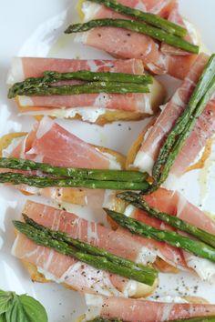 Hip Foodie Mom | Asparagus and Prosciutto Crostini_closeup