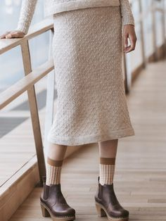 This skirt is part of a capsule wardrobe designed by Sari Nordlund, comprising nine designs perfectly compatible with each other. Intarsia Knitting, Knitting Socks, Knit Socks, Free Knitting Patterns For Women, Knitting Designs, Knit Skirt, Knit Dress, Long Pencil Skirt, Moss Stitch