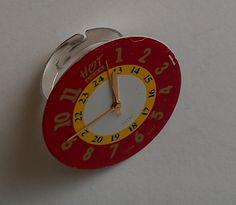 Realizzato con parte di un orologio