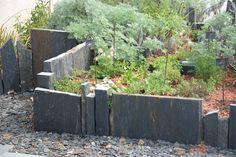 Dalle de schiste de différentes tailles pour créer un espace à part entière. Hard Landscaping Ideas, Terrace Garden, Totems, Beautiful Gardens, Home Projects, Pergola, Backyard, Landscape, Outdoor Decor