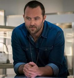 Sullivan Stapleton as Kurt Weller in ''Blindspot'' Stevie Nicks Young, Sullivan Stapleton, Jaimie Alexander, Cute Actors, Sassy Quotes, Sully, Sexy Men, Hot Men, Men Casual