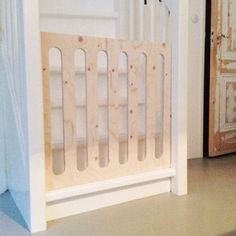 DIY stair of underlayment Baby Crib Diy, Diy Baby Gate, Baby Gates, Baby Cribs, Kids Gate, Living Room Bookcase, Diy Storage Boxes, Modern Crib, Home Daycare
