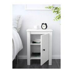 BRUSALI Table de chevet IKEA Porte réversible. Il y a de l'espace à l'intérieur pour placer une prise multiple pour vos chargeurs.
