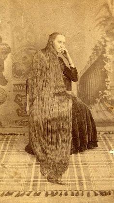 È facile rimanere affascinati dalle folte e lunghissime chiome di queste Raperonzolo di fine Ottocento e di inizio Novecento. Se le guardi di fronte, ti ap