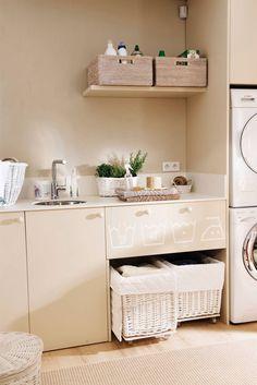Lavaderos y zonas de planchado: 4 proyectos geniales y muy completos Mudroom, Floating Nightstand, Laundry Room, Vanity, Bathroom, Table, Furniture, Home Decor, Colorful Kitchens