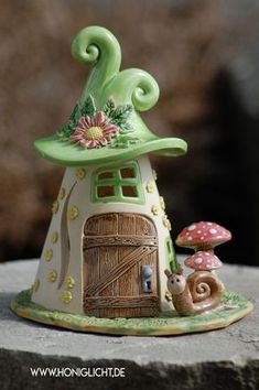 Elfenhaus mit Schnecke und Fliegenpilzen Elf house with snail and toadstools Clay Houses, Ceramic Houses, Clay Fairy House, Fairy Houses, Clay Pot Crafts, Diy And Crafts, Pottery Houses, Polymer Clay Fairy, Clay Fairies