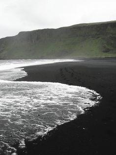 Elena, Memo, y Pete van a una playa con arena volcánica y la arena es el color negro. Los amigos juegan en las olas y broncean en la orilla de la playa.