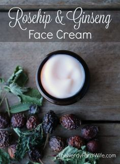 This luxurious face cream features jojoba oil infused with rose petals and helichrysum (immortelle) flowers, along with rosehip seed oil, shea butter and panax ginseng extract. It was designed especia