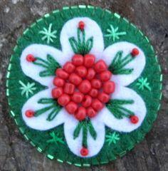 Kokárda virág, Baba-mama-gyerek, Ékszer, óra, Dekoráció, Bross, kitűző, Ékszerkészítés, Varrás, Gyapjúfilcből készült kokárda - virágba borulva :)  Kézzel, szívvel készült, sok gyönggyel és apró ..., Meska