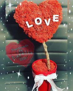 Copacul iubirii din licheni Crochet Hats, Christmas Ornaments, Holiday Decor, Handmade, Home Decor, Knitting Hats, Hand Made, Decoration Home, Room Decor