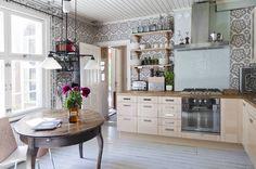 Keittiössä on Ikean saarnikaapistot. Maarit panosti Smegin kodinkoneisiin. Työtaso on tammea.