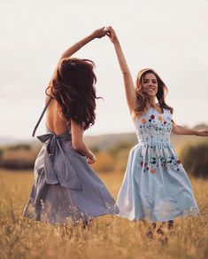 One of my favourite people (and most stylish friends!) is launching her own dress collection Go fol. Bff Pics, Cute Friend Pictures, Friend Photos, Friend Poses Photography, Photography Poses Women, Bff Posen, Poses Pour Photoshoot, Photoshoot Ideas, Shooting Photo Amis