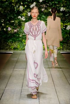 Take a look to Laura Biagiotti Spring Summer 2016 Ready-To-Wearcollection: the fashion accessories and outfits seen on Milano runaways.