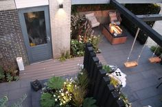 De tuin van Ilona en Raymon moest een moderne en gezellige relaxplek worden. Ook wilden ze graag wat fijne speelplekjes voor hun drie jonge meiden. Hier zie je de laatste stappen én het eindresultaat van deze metamorfose. Rooftop Garden, Indoor Garden, Backyard Patio, Backyard Landscaping, California Backyard, Garden Yard Ideas, Outdoor Living, Outdoor Decor, Raised Garden Beds