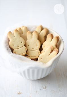 Mini strawberry petite beurre bunny cookies from La Receta de la Felicidad.