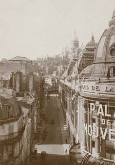 This is the most popular street in the city of Paris. Its tree-lined pathways sweep from the Place de la Concorde to the Arc de Triomphe. Paris Vintage, Old Paris, Paris 1900, Vintage Pictures, Old Pictures, Old Photos, Paris Photography, Vintage Photography, Belle Epoque