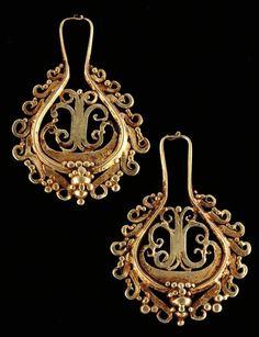 Paire de boucles d'oreilles en or découpé. Très jolies granulations. Très belle patine d'usage. Or Indonésie,